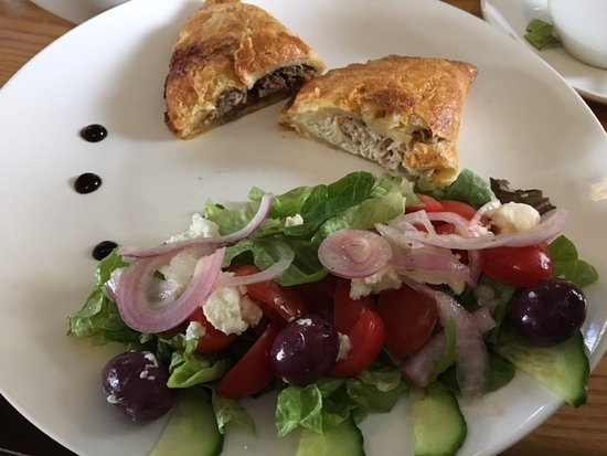 Riversdale, Afrika Selatan: home made pies and salad