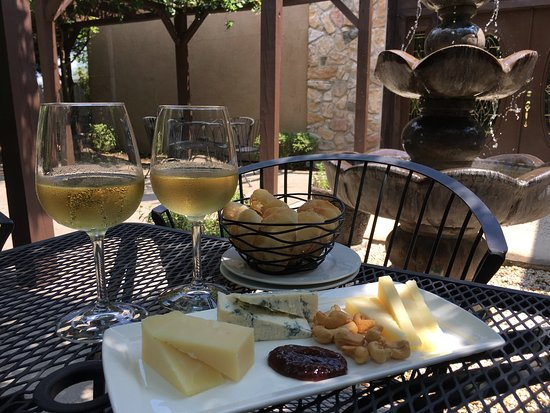 Leesburg, VA: Enjoying a cheese plate by the fountain