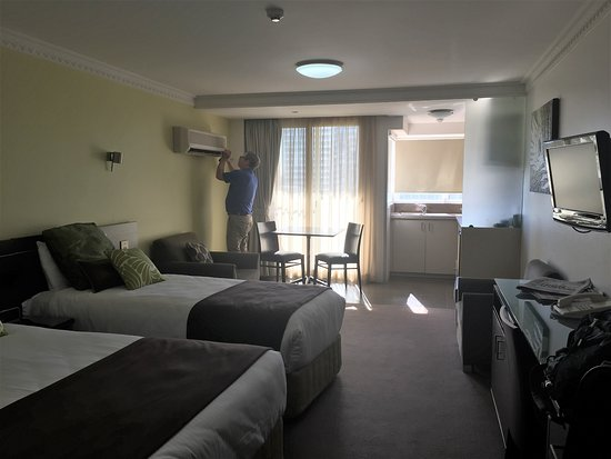 Hyde Park Inn: view of the kitchenette and tv