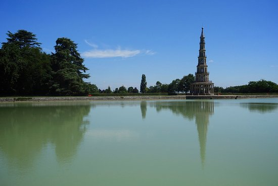 Park of the Pagoda of Chanteloup: reflection of pagoda in the lake (but you can see, the water isn't clear)