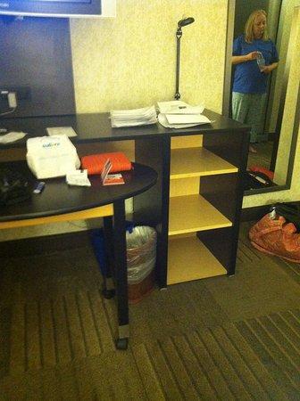 Holiday Inn Express Denver Downtown: desk area shelving