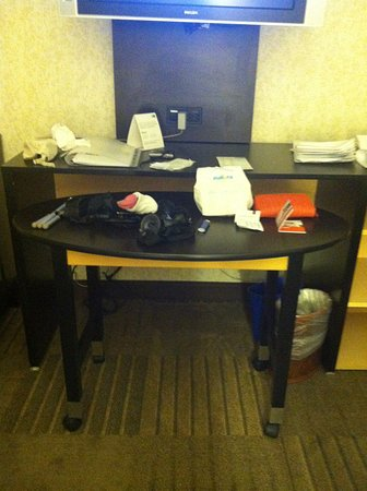 Holiday Inn Express Denver Downtown: Desk and table