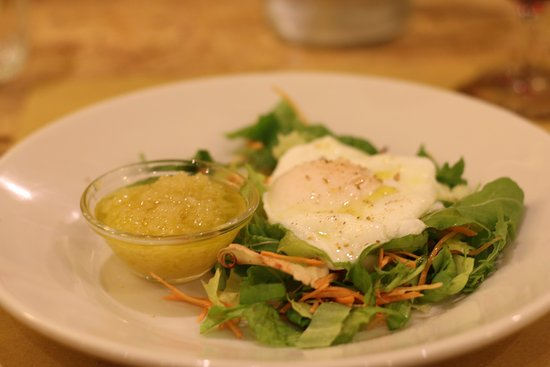Montespertoli, Italia: Salad with poached egg.