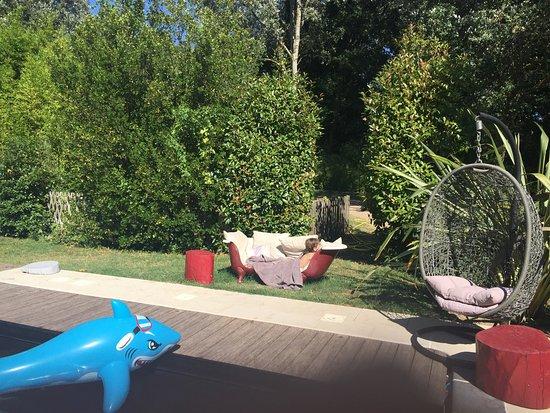 Conques-sur-Orbiel, Frankrig: Entre la piscine et le jardin