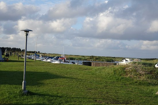 Struer, Dinamarca: Udsigt fra campingområdet mod Nissum Bredning og fiskerlejet