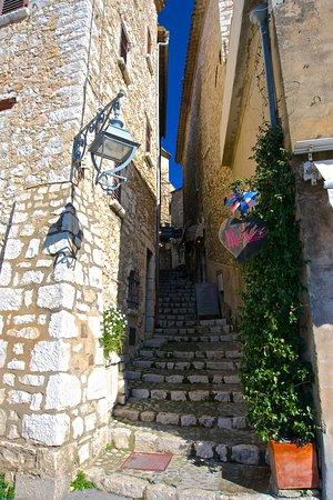 Saint-Paul de Vence: une ruelle étroite qui monte