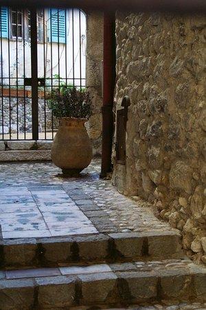 Saint-Paul de Vence: une entrée de porche