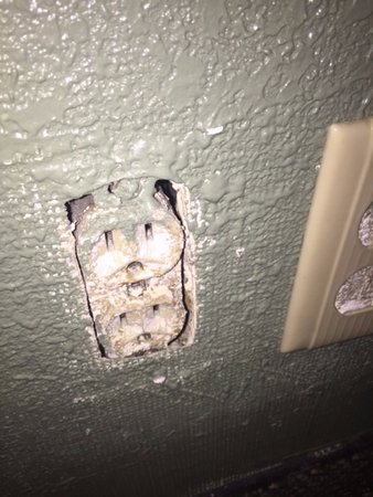 Keokuk, Αϊόβα: No cover on the electrical outlet. Fire Marshal should pay this place a visit.