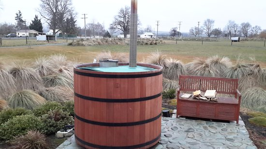 Fairlie, New Zealand: wood heated hot tub
