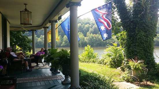 Greensboro, PA: Beautiful porch for sitting and watching the river.