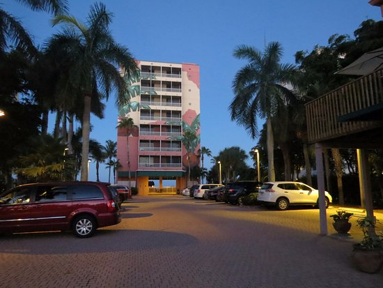Casa Playa Resort: Parking is six under the building and plenty more out front.