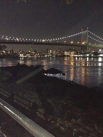 Astoria, estado de Nueva York: Nighttime view of the city.