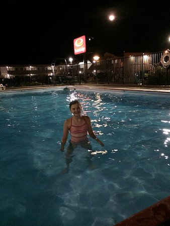 Wall, SD: Pool is open until 10:30 P.M. - good for those who want to swim!