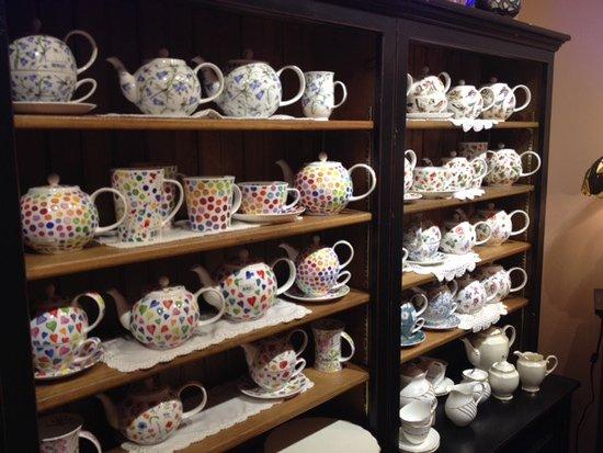 New Glasgow, Καναδάς: Tea pot selection at the shop