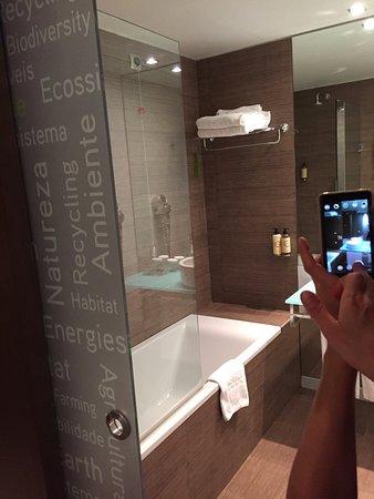 salle de bain avec grande baignoire - Photo de Neya Lisboa Hotel ...