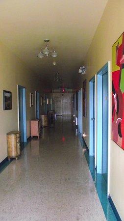 Auberge Internationale Ste-Anne-Des-Monts: le corridor menant aux chambres