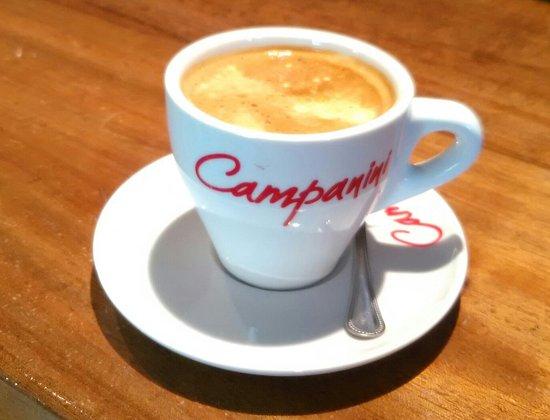 Medinaceli, Spanyol: Generoso café y el tercio con la tónica,todo por sólo 4'60€. Y con tapa,en Soria!!