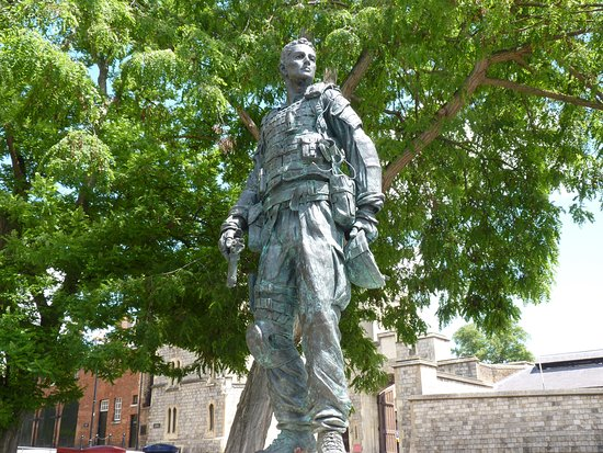 ‪Irish Guardsman Statue‬
