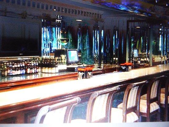 Williamsville, NY: Renovated bar off lobby