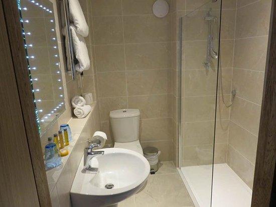 Balmer Lawn: Bathroom