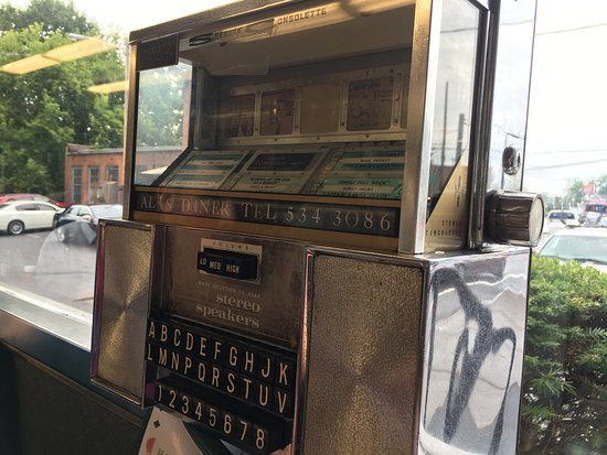 Chicopee, MA: breakfast and tables with the old juke boxes