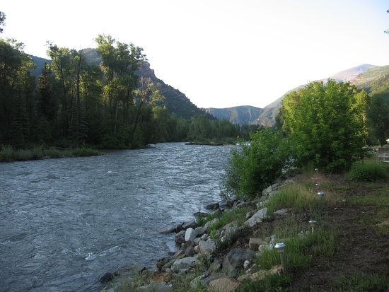 Redstone, โคโลราโด: Crystal River flows behind the lodge