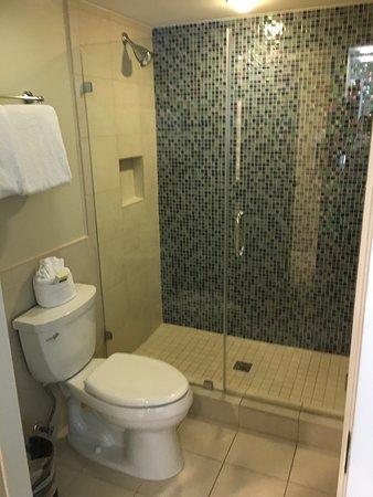Silver Palms Inn: Banheiro do quarto