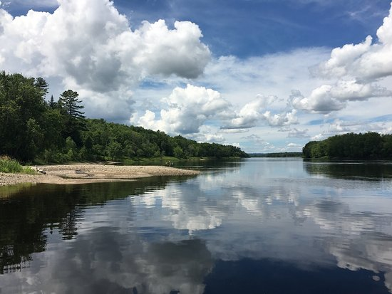 Hartt Island RV Resort & Waterpark: Great camping river side. Even has an awesome pool and slides to enjoy on the hot days.