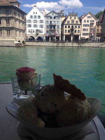 Storchen Zurich: Uzun bir yürüyüşün ardından yorgunluk kahvesi içilecek , manzarası size sakin ve dinginlik veren