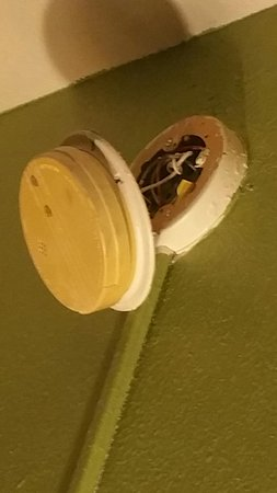 Days Inn Santa Fe New Mexico: Smoke detector/fire alarm hanging off wall