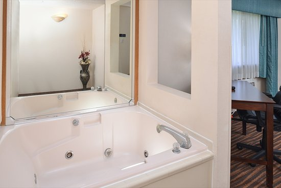 Quality Inn & Suites: King Jacuzzi Suite