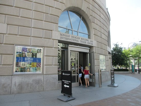 The Ronald Reagan Building and International Trade Center : Entrance from Pennsylvania Ave