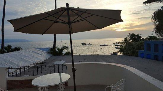 Emperador Vallarta Beachfront Hotel & Suites: 20160728_202436_large.jpg