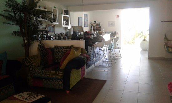 Mareta View Boutique - Boutique Bed & Breakfast: Vistas del Lobby desde la Recepción. Bar y a la dcha está el buffet.