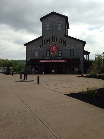 Shepherdsville, KY: Entry to Jim Beam and outside buildings to see.