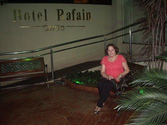 Hotel Rafain Centro: Jardim com banco na entrada do hotel