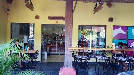 Roots Bakery & Cafe : Un buen espacio para un rico café y postres y repostería de calidad. Fresco y sabroso! Buena ate
