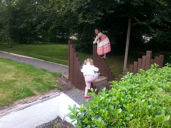 Fahan, Irlandia: Kids loved exploring the grounds
