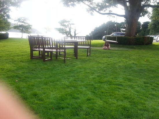 Fahan, Irlandia: Seating in the gardens and seating outside the restaurant
