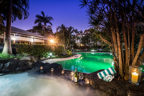 Noosaville, Avustralya: Beautiful Spa and Pool by Night