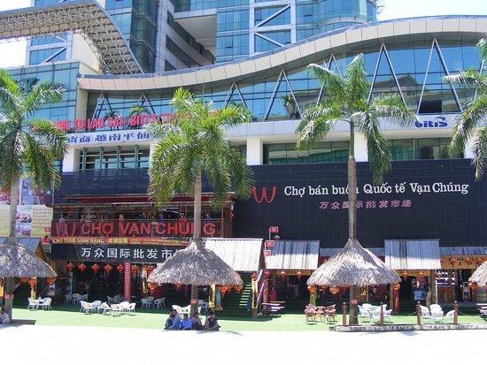 Lao Cai, Vietnam: Từ KS Sapaly Lào Cai bước qua Chợ bán buôn QT Vạn Chúng của CK rất gần.