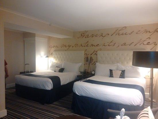 The Kimpton George Hotel: amplia habitacion, comdas camas y limpieza adecuada
