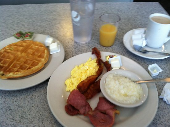 Littleton, Carolina del Norte: Belgian waffle breakfast July 29, 2016. Delicious!