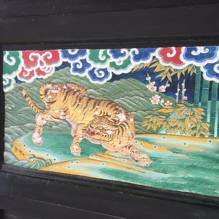 Mizukami-mura, Япония: 観音堂の観音扉の右に 虎の装飾画
