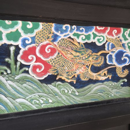 Mizukami-mura, Япония: 観音堂の観音扉の左には、 龍の装飾画