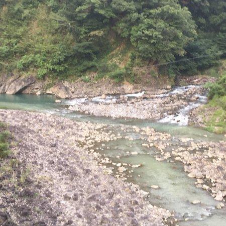 Shiiba-son, Jepang: ダム下流の国道針金橋の下 濁っていた