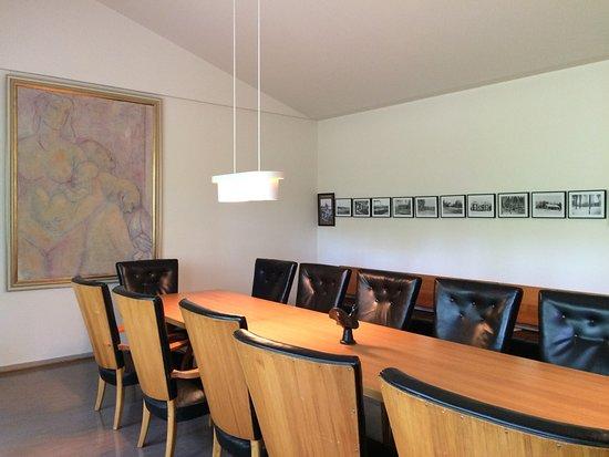 Jyväskylä, Finlandia: Дверные ручки, удобная мебель, раздвижная дверь в зал заседаний, декоративные урны для голосован