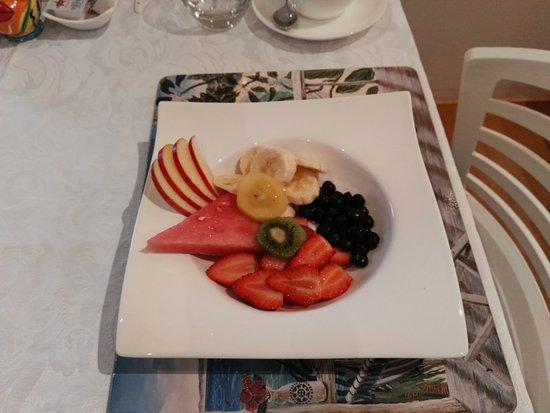Burns Beach Bed & Breakfast: Yummy fruit salad for breakfast