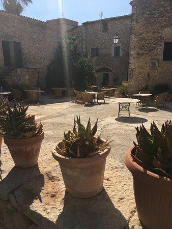 Binissalem, Spanien: Court yard