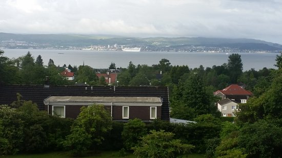 Хеленсбург, UK: And more of the room view across to the cruise liner in Greenock
